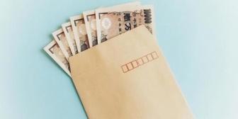 父が私より少し年上くらいの女性にお金の入った紙封筒を渡しているのを見てしまった。悩みに悩んで父を問い詰めると…