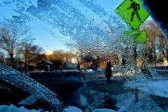 車のフロントガラスについた氷を取るには