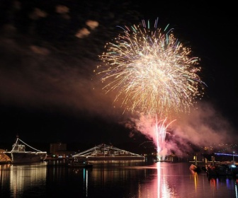 【大晦日】海自横須賀基地で電灯艦飾とカウントダウン花火を開催