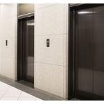 エレベーターのドアはコンビニとかの自動ドアにしたら捗るんでないの?