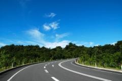 車でカーブを曲がる時って、ブレーキ踏んでから曲がるのかブレーキ踏みながら曲がるのかどっちがいいの?