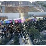 【衝撃】ソウルの日本大使館前で日本製ビールやポカリをぶちまけるデモが行われる…