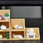 「棚の中でくつろぐ猫」がミニチュアフィギュアになってガチャに登場!「棚猫」