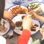【動画】中国、子供たちも恒例の料理争奪戦、大人たちにも負けない!一瞬で無くなる!w