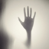 『彼女の右腕を引っ張るもの「海に潜む霊」』の画像