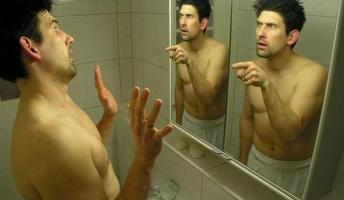 鏡に向かって「貴方は誰だ?」と問い続けた結果wwwwwww