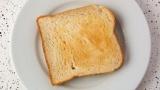 俺が元カノと別れた理由が、一人暮らしの俺の部屋のベッドの上でトーストを食ったからなんだけど