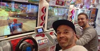 イニエスタ選手、日本の生活を満喫!ゲーセンで『マリオカート』を楽しむ!