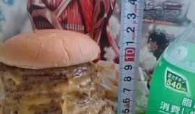 【食品】  予想通り 日本で発売した 進撃の巨人バーガーの実物が ひどいことになっている件。  海外の反応