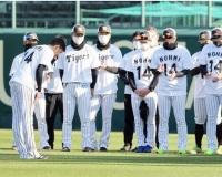 【阪神】能見篤史の記念Tシャツでナインが記念撮影「能見さん、16年間お疲れさまでした」