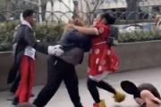【アメリカ】ミニーマウスの着ぐるみ女性と女性警備員が大乱闘!ラスベガスの路上で子どもたちの夢が壊れる