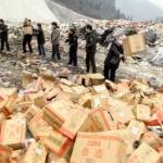 【動画】中国、警察が押収した劣悪な偽造酒2万本をゴミ埋立処分場で廃棄処分する! [海外]