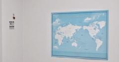穴を開けずにポスターを貼るなら「ひっつき虫」にお任せ!大きな世界地図も余裕です