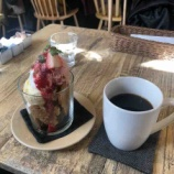 『cafe shibakenのお誕生日をお祝いして。本日、特別メニューが出ています!向かいにある野の花屋さんではチューリップ祭り。本日までです。』の画像