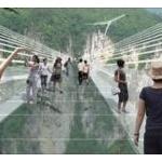 世界最長のガラス橋が開通から2週間たたずに閉鎖wwww