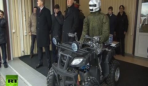 ロシア軍の開発した人型ロボットにプーチン大統領も呆れ顔