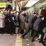 【動画】日本の満員電車が異常すぎると話題にw駅員が乗客の詰め込み作業を1分間にわたり行うwww