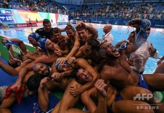 【画像】イタリアの水球選手が抱き合う写真が超セクシーと話題