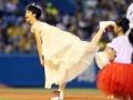 【画像あり】剛力彩芽、純白のドレス姿で始球式登場
