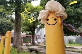 どなたか私市駅前広場のところでシュシュをお忘れですよ!〜黄色のポールに被さってなんか可愛くも見えますが落とし物〜