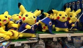 【ぬいぐるみ】 これはカワイイ! 日本で ワールドカップとピカチュウのコラボグッズが販売されているぞ!   海外の反応