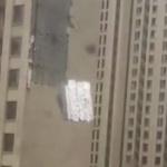 【動画】中国、台風による大雨の中、ビルの外壁が剥がれ下の道路にズドーン!と落下 [海外]