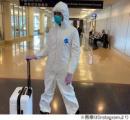 """ナオミ・キャンベル(49)、防護服、ゴーグル、マスク、ゴム手袋の""""完全防備""""で空港に現れる"""