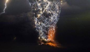 この火山の噴火ヤバすぎだろ