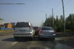 道を譲ってもらえないドライバーが激怒!追い抜いて待ち構え、泥水をぶっかける。