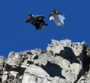 2000メートル級の山からウィングスーツでジャンプした男性、地面に激突し死亡
