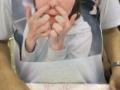 指原公式グッズのTシャツが鼻クソをほじってる写真な件 (画像あり)
