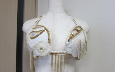 『ベリーダンス衣装 「ここを隠したいのに…」そんな時は装飾を希望の位置に移動させちゃいましょう。』の画像