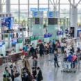 【韓国人犯罪】監視カメラ映像から:ハノイのノイバイ空港で財布を盗んだ61歳の韓国人の男を拘束
