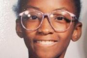 「オタク」な見た目で何年もいじめられていた少女、メガネを外して大変身