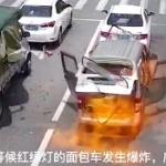 【動画】中国、信号待ちのワゴン車の中で突然何かがドカンと爆発!何が起こった…!?