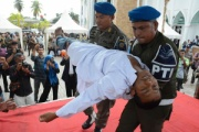 婚前交渉で公開むち打ち100回のインドネシア男性、執行中に失神…意識回復後残りの刑を受け病院に緊急搬送