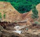 ダム決壊で44人死亡、40人行方不明 ケニアで豪雨被害続く