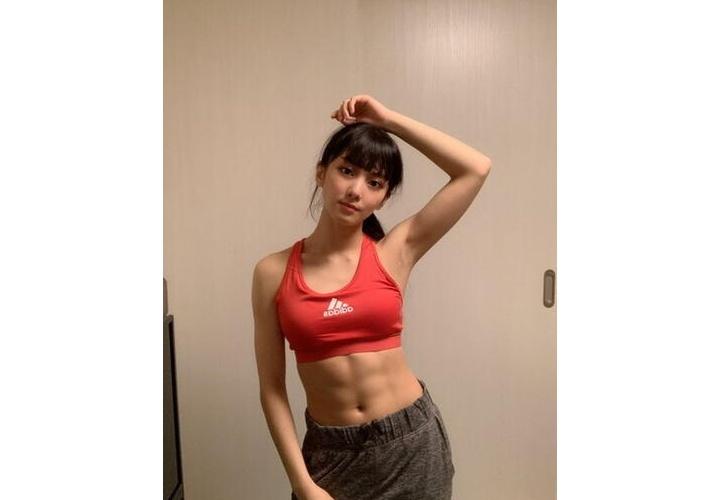 【画像】腹筋バキバキの美女、見つかる!w