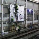『駅の広告張替作業』の画像