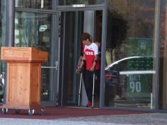 【 画像 】ケルン大迫、松葉杖を使用・・・これは長引くか!?