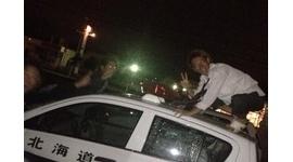 【バカ発見器】19歳少年がパトカーの屋根に乗った写真を公開して警察激怒 → 公開翌日にスピード逮捕
