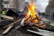 【フランス】パリで燃料増税抗議デモ シャンゼリゼにバリケード(写真あり)