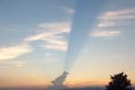交野市の夕方、ゴジラが火を吹いてるみたいな雲が出現したみたい