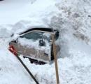 雪に埋もれた車から女性を救出、除雪作業員が偶然発見 4-5時間埋まる  カリフォルニア州