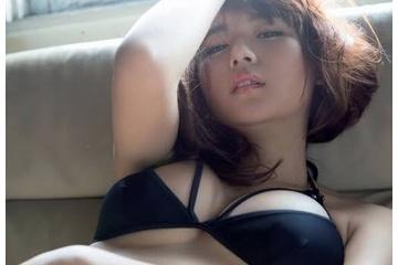 浅川梨奈のキツキツのおっぱいから乳首透け