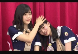 たまらんw 金川紗耶ちゃんの頭をポンポンする柴田柚菜ちゃん、かわええwww※gifあり