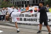韓国で慰安婦像の前で少年が日の丸に蹴りを入れるパフォーマンス