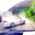 【動画】中国、山道で巨石が落石!走行中の乗用車の屋根に直撃、車体が潰れる! [海外]