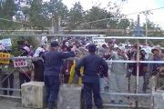 沖縄基地反対派がフェンスをガンガン揺らす様子 [流出/動画