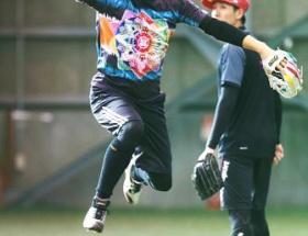 田中将大投手「モノノフ」キャップとTシャツ姿でフォーク投げる!